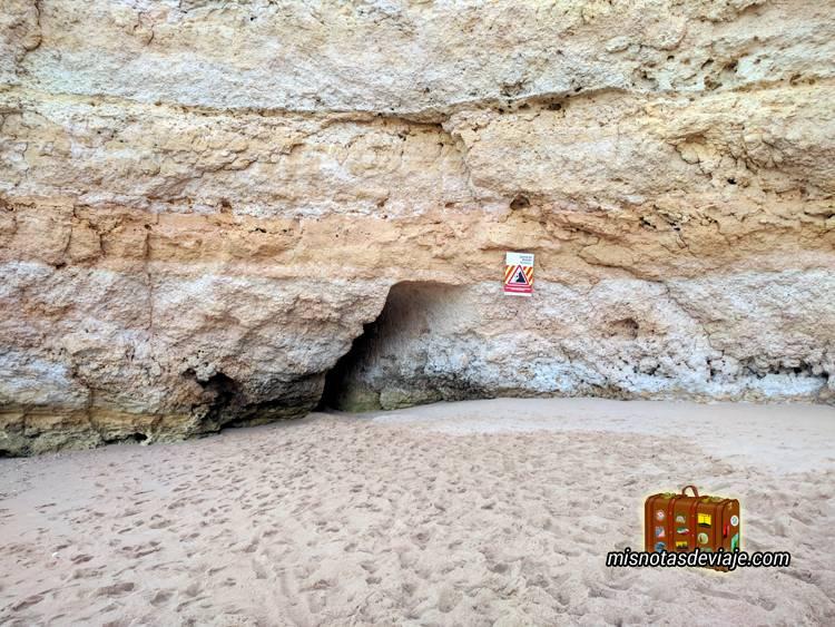 Tunel en roca en la Praia de Nossa Senhora da Rocha