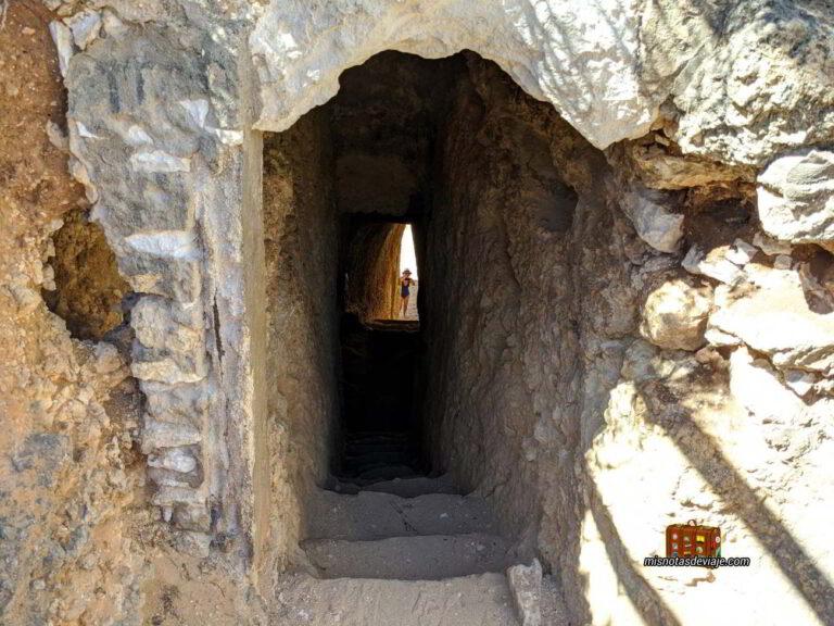 Tunel para acceder a la Praia do Carvalho